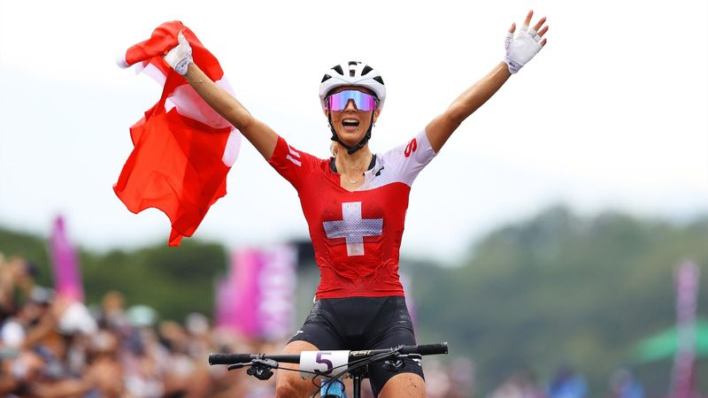 Mountain Bike   Histórico triplete suizo con medalla de oro para Jolanda Neff