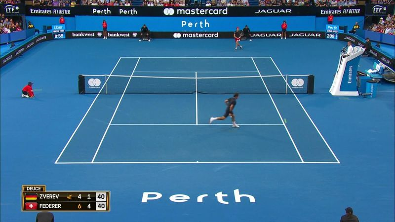 Сумасшедший обводящий удар Зверева, заставивший Федерера проверить, на месте ли корона
