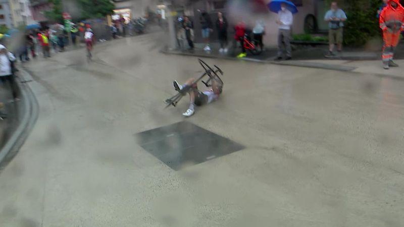 Esőben csúszik a térkő, bukik a bringás, repül a Colnago