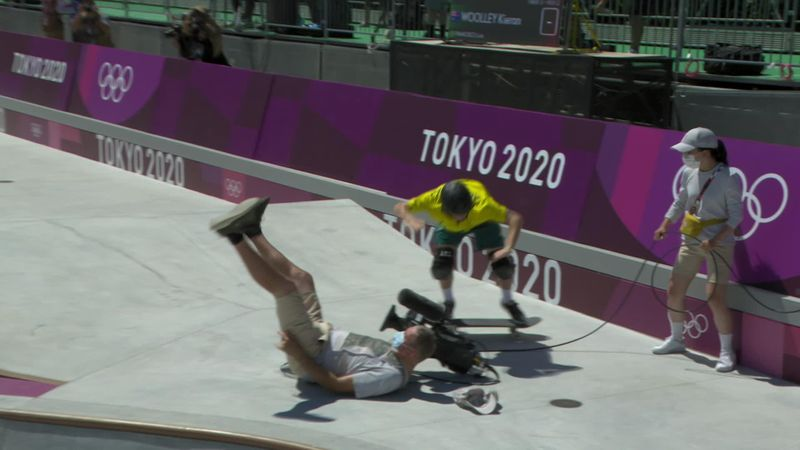 STRIKE! LO SKATER TRAVOLGE IL CAMERAMAN: I DUE SE LA RIDONO
