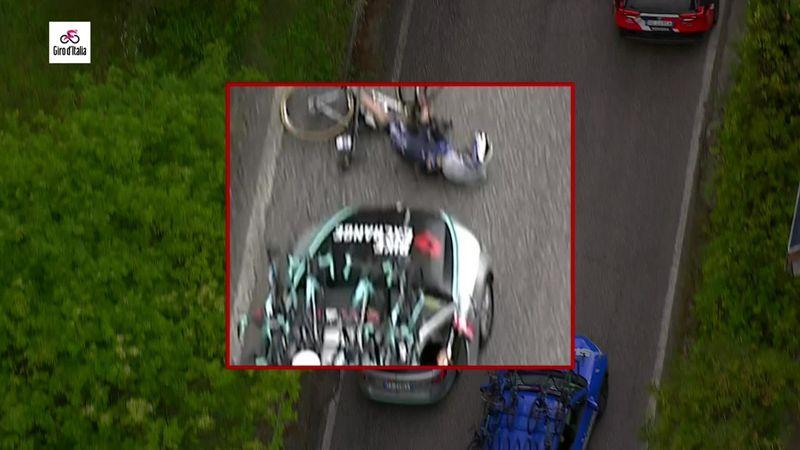 Incroyable scène sur le Giro : Serry percuté par une voiture, avant de repartir