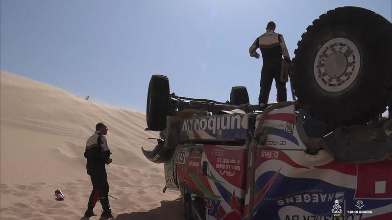Нидерландский грузовик перевернулся в пустыне, а русские полетели дальше
