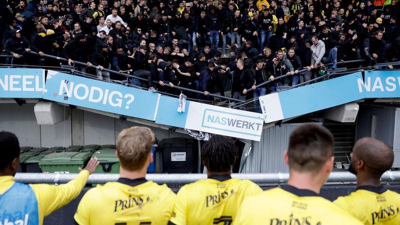Schrecksekunde: Jubelnde Fans bringen Tribüne zum Einsturz