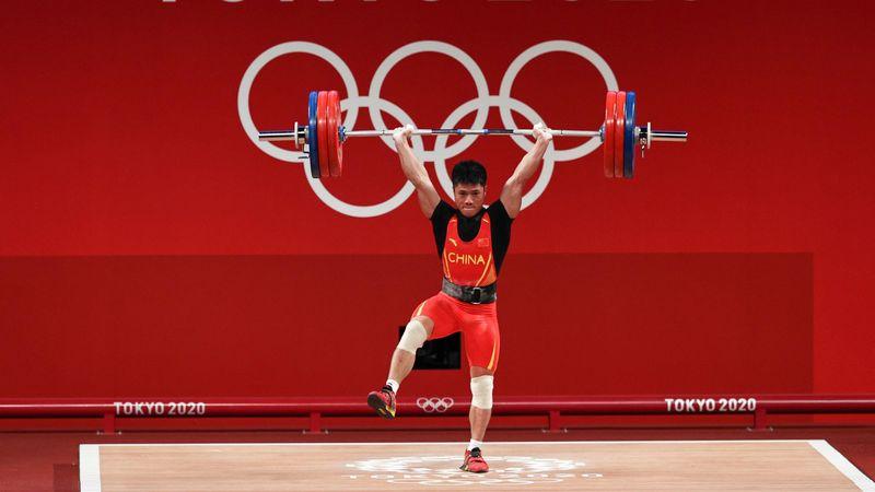 Ganz lässig! Chinesischer Gewichtheber balanciert auf einem Bein