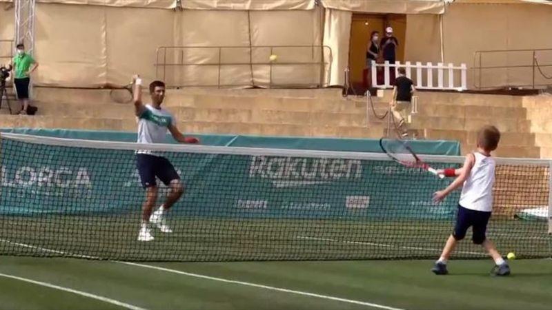 El hijo de Djokovic tiene un gran futuro en el tenis: ¡ojo a su derecha!