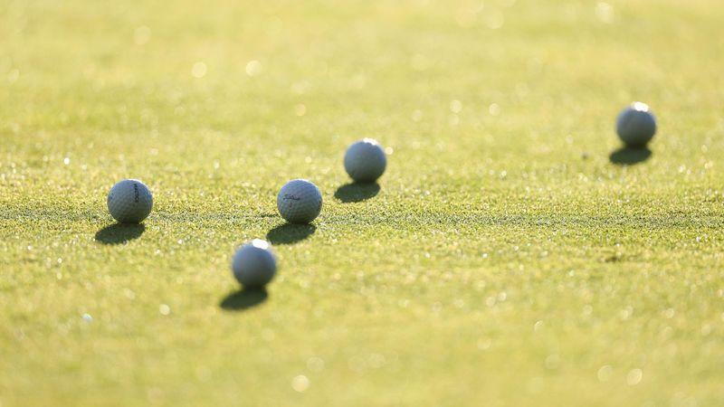 Гольфист загнал мяч в густую траву, но исполнил потрясный удар