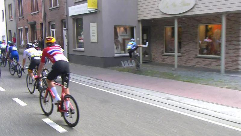 Велосипедист сошел с трассы и чуть не въехал в винный магазин