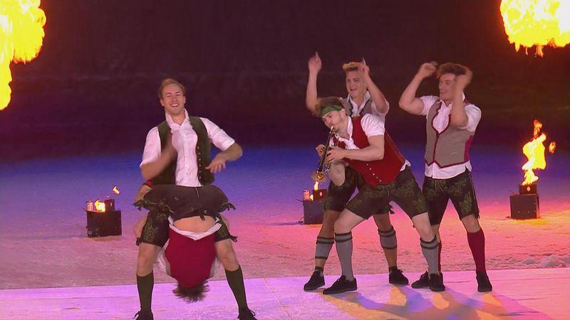 Забавный танец мужчин в шортиках на церемонии открытия ЧМ