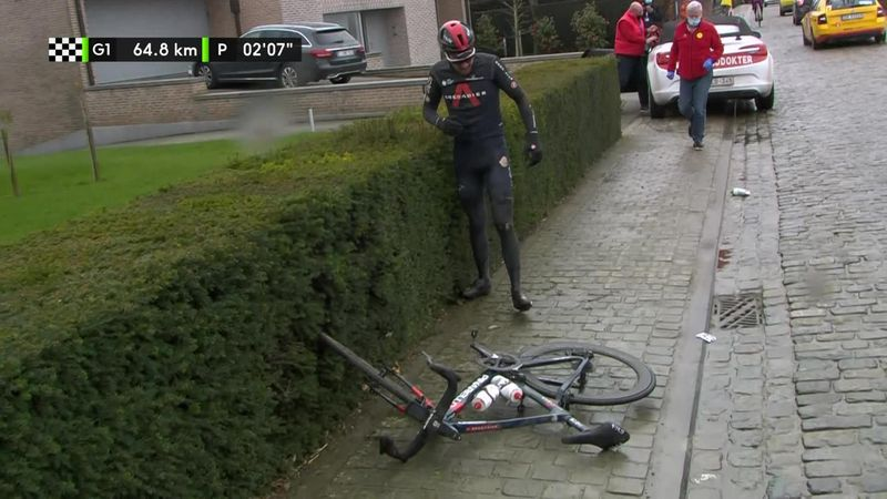 Велогонщик ободрался о брусчатку и еле поднялся после падения