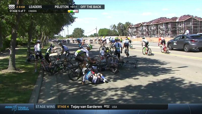 Страшный завал на «Туре Калифорнии»: один из гонщиков повредил руку и разодрал до крови зад