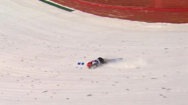Летающий лыжник не справился с приземлением и сурово приложился лицом о склон