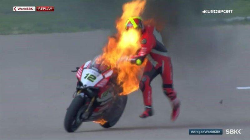 Испанский мотогонщик так сильно был недоволен ускользавшей победой, что под ним загорелся байк
