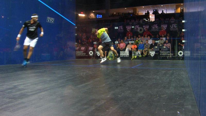 Genialer Squash-Tweener: Halbvolley durch die Beine zum Punkt