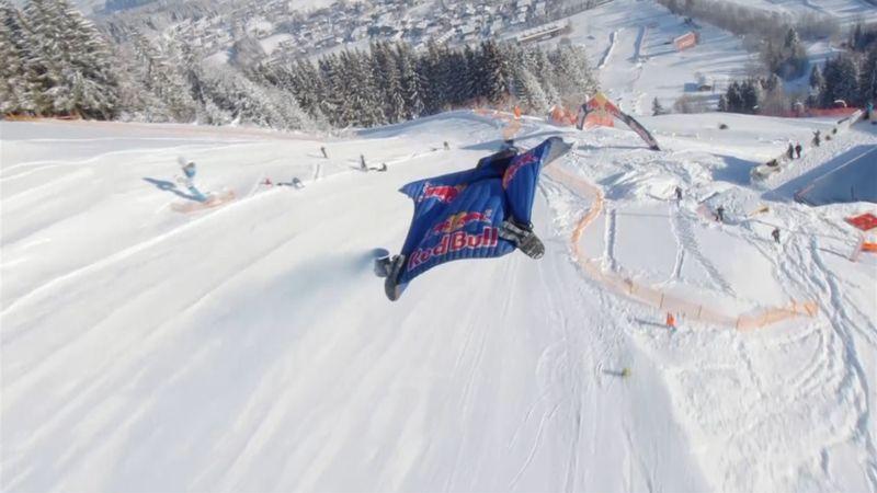 ¡Espectacular! Un hombre pájaro y un paracaidista sobrevuelan Kitzbuhel