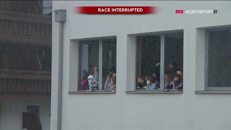 Discesa a Saalbach, i bimbi sbirciano dalla scuola
