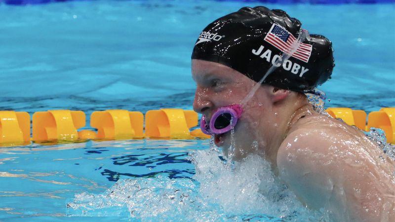 Kuriose Szene! Olympiasiegerin Jacoby schwimmt mit Brille im Mund