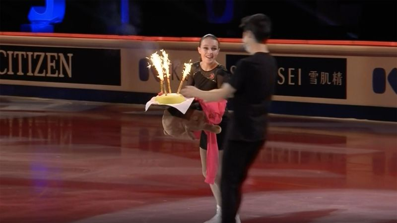 Am 17. Geburtstag: Weltmeisterin Shcherbakova tanzt mit Teddybär