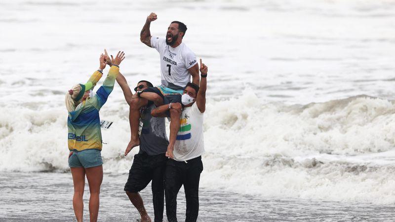 Hullámon, csőben, levegőben – videón az olimpián debütáló szörfverseny leglátványosabb mozzanatai