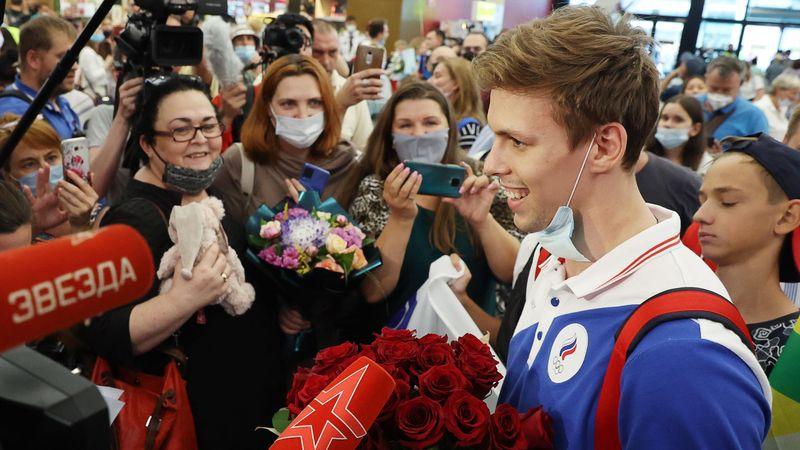 Первые олимпийцы вернулись в Россию. Встреча в аэропорту