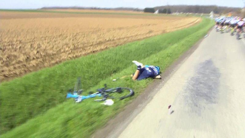 Страшное падение, после которого гонщик, велосипед и очки расстались друг с другом