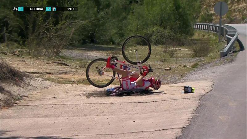 Фанат поехал на велосипеде вверх ногами и насмешил гонщиков
