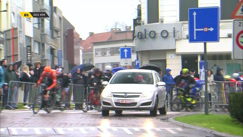 Дядя на «Опеле» зарулил не туда и преградил гонщикам путь на «Туре Фландрии»