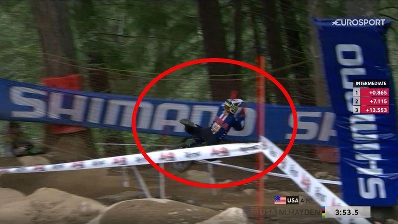 Hayden dio el susto al empotrarse contra las protecciones en el descenso