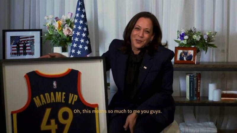 Kamala Harris riceve la maglia dei Warriors da Steph Curry
