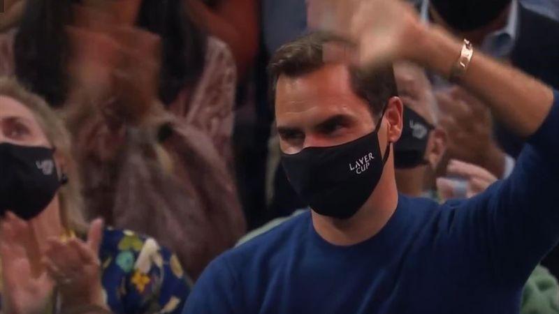 Der König ist da: Fans feiern Federer auf der Tribüne
