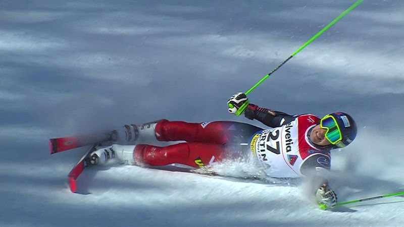 Русский горнолыжник упал, потерял лыжу, поднялся и снова упал