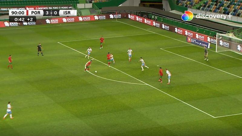 Målmanden har ingen chance: Fernandes banker bolden i øverste hjørne