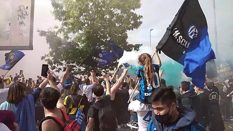 Tifosi dell'Inter ancora in festa: il ritrovo fuori San Siro