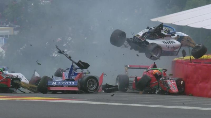Schlimmer Unfall in Spa: Sechs Autos crashen in Eau Rouge