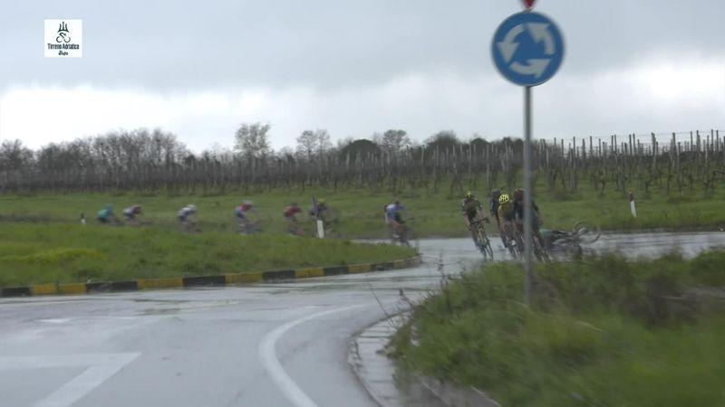 Велогонщик не удержался на мокрой трассе и вылетел на обочину