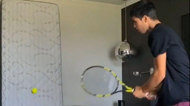 El método de Alcaraz para entrenar en la habitación: el colchón, a la pared
