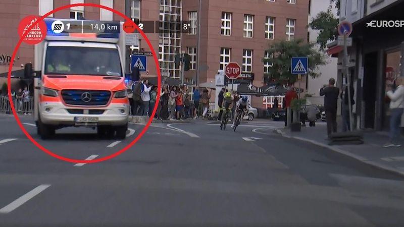 Surprise pour l'échappée : une ambulance s'invite en tête de course