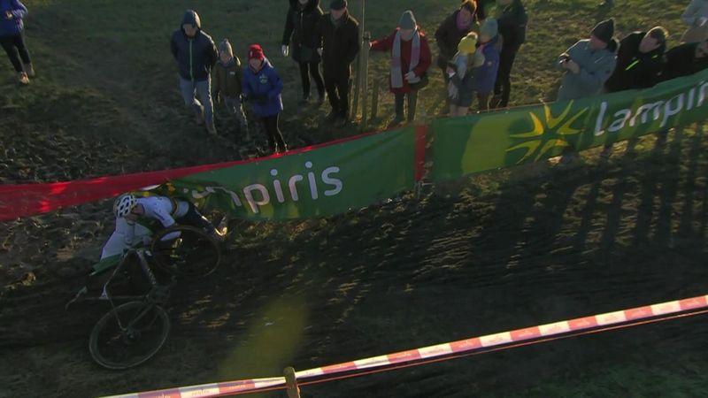 Велосипедист сорвался с трассы и неприятно завалился во время гонки по бездорожью