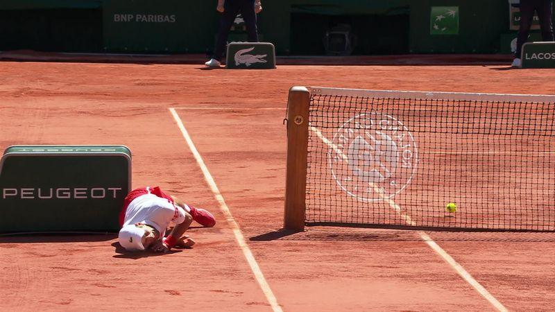 Джокович в финале «Ролан Гаррос» опять страшновато упал на корт