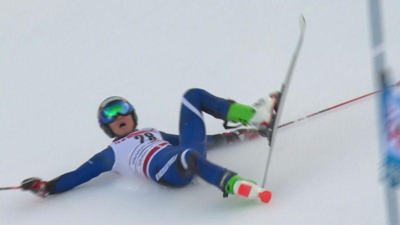 Горнолыжница кубарем полетела вниз, потеряла лыжу и врезалась в сетку
