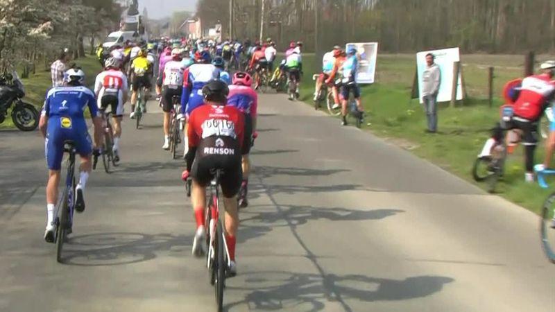 Ronde van Vlaanderen: dozens of riders taking a piss before a village