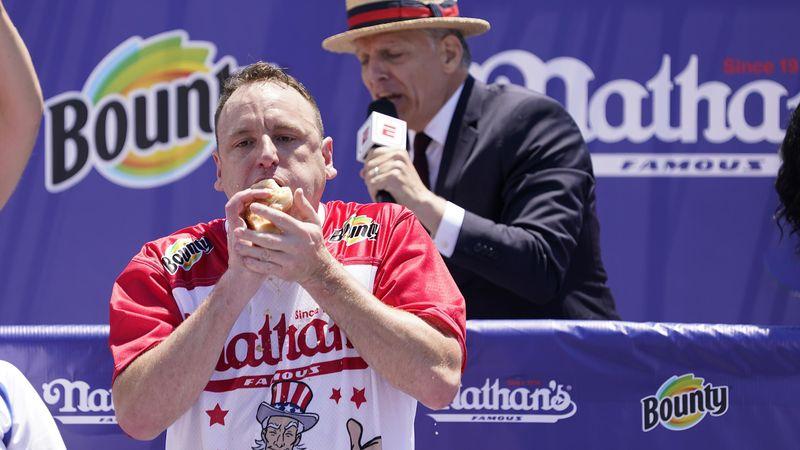 76 hot-dogs en 10 minutes : l'incroyable record de Joey Chestnut
