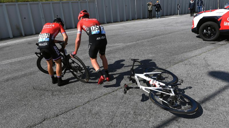 El feo gesto de Bouhanni con un compañero tras una caída