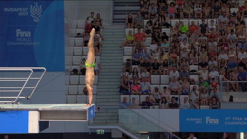 Австралийский прыгун задел ногами вышку и плюхнулся в бассейн бомбочкой
