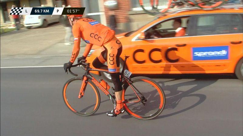 Así sufre un ciclista que ha perdido el sillín de su bici en plena etapa