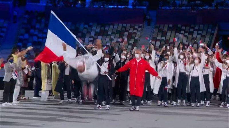 Espectacular 'backflip' del abanderado francés para abrir el desfile de su país