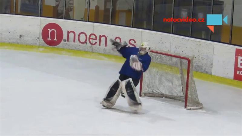 Ivre, un gardien de hockey réussit un arrêt