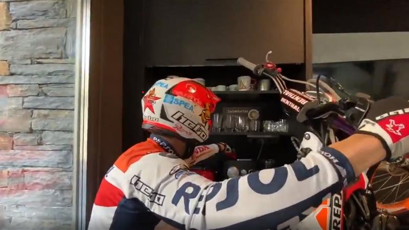 Así es el confinamiento de Toni Bou: no se baja de la moto ¡ni en casa!