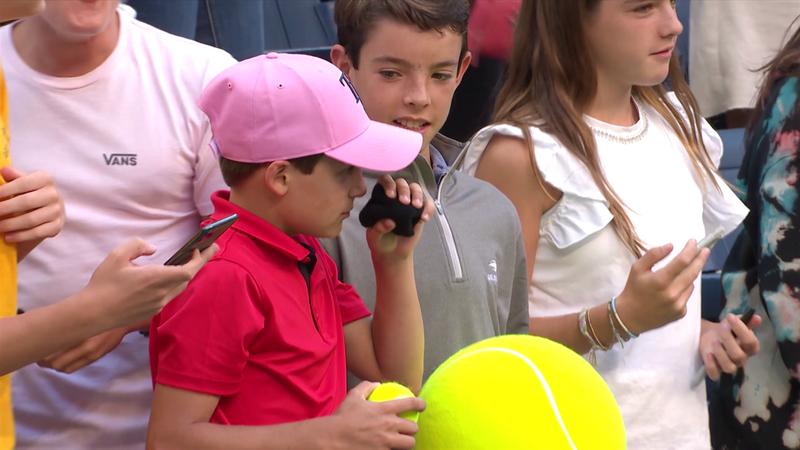 Monfils schenkt Jungen sein Schweißband - der riecht erstmal dran