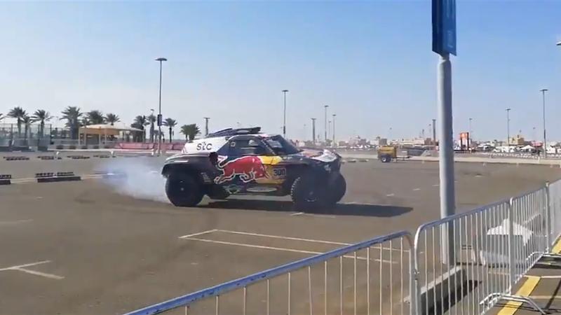 Carlos Sainz se desata: ¡Tirando de trompos para despedir el Dakar!