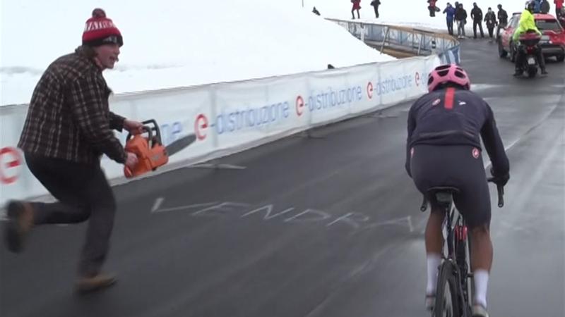 Giro d'Italia| Egan Bernal aangemoedigd door 'fan' met kettingzaag op Passo Giau